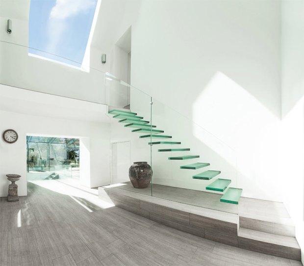 3-escada-de-vidro-com-degraus-em-balanço